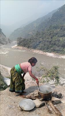 nepal-cocinando-al-rio-trishuli-garganta-nepal
